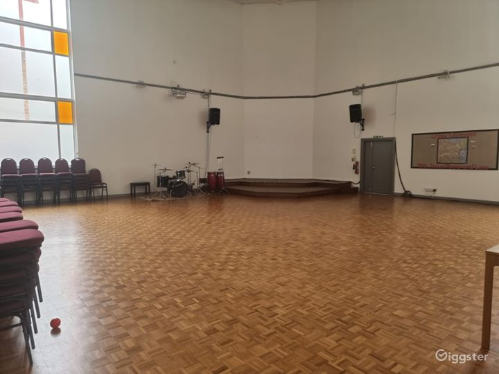 Delightful and Spacious Main Hall in London Photo 2