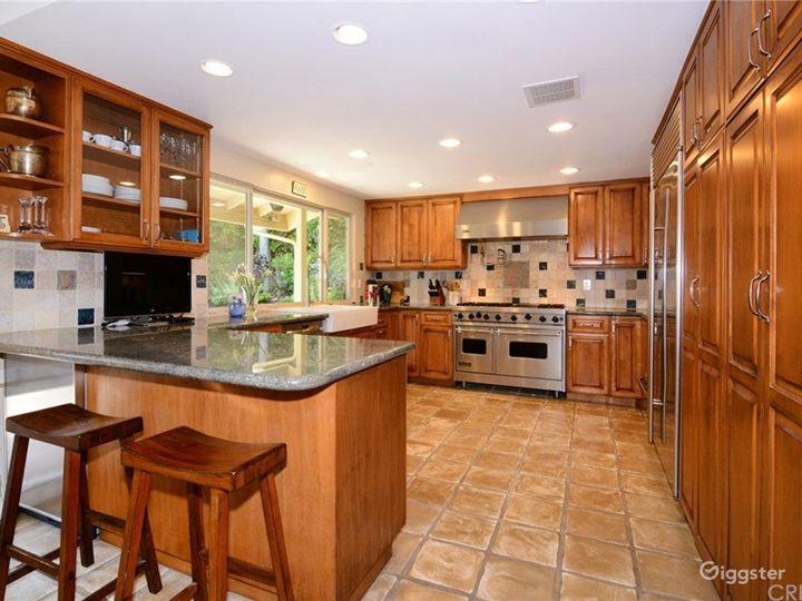 House with Amazing Kitchen, Pool and Backyard. Photo 3