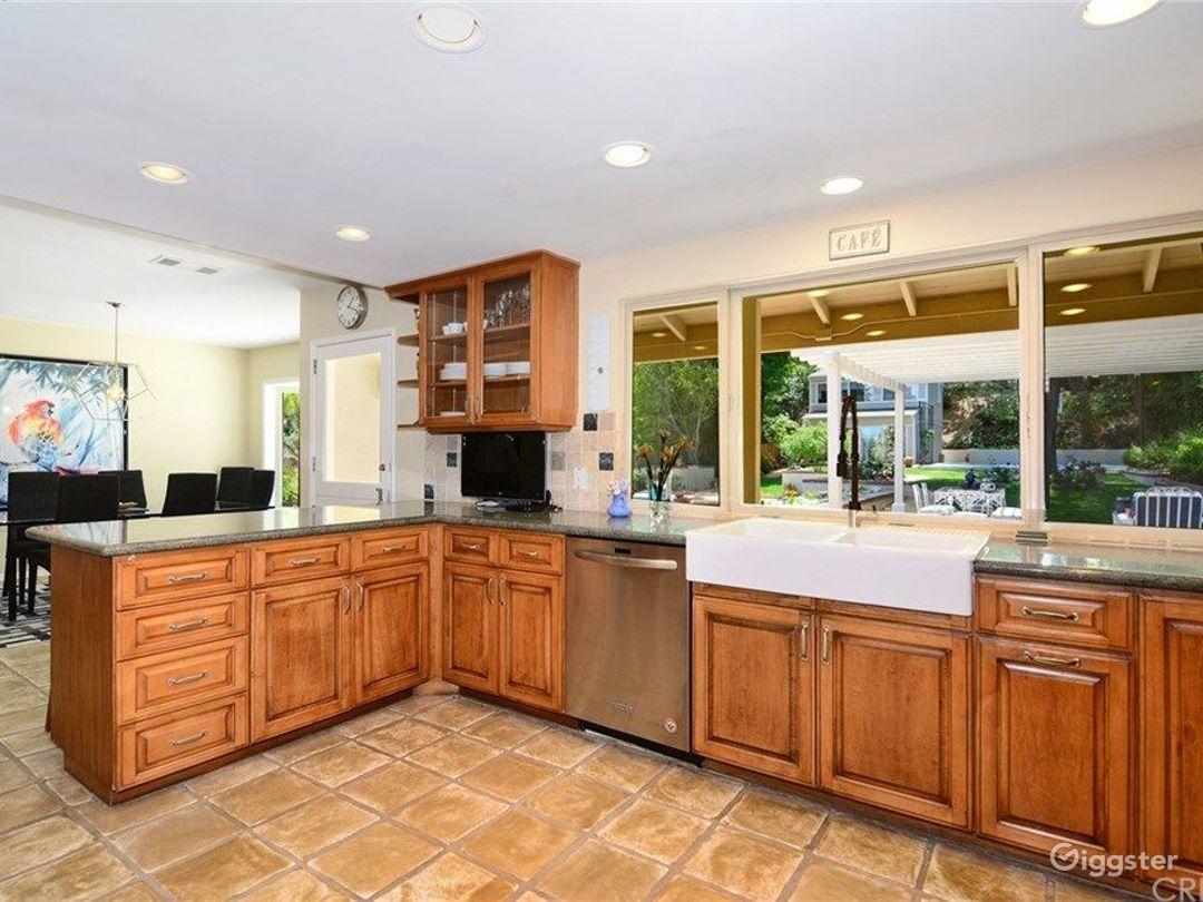 House with Amazing Kitchen, Pool and Backyard. Photo 5