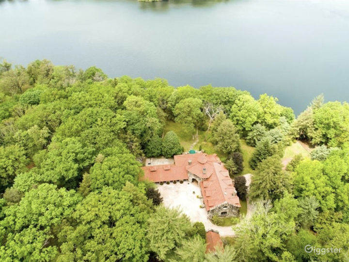 Lake Front Estate  Photo 3