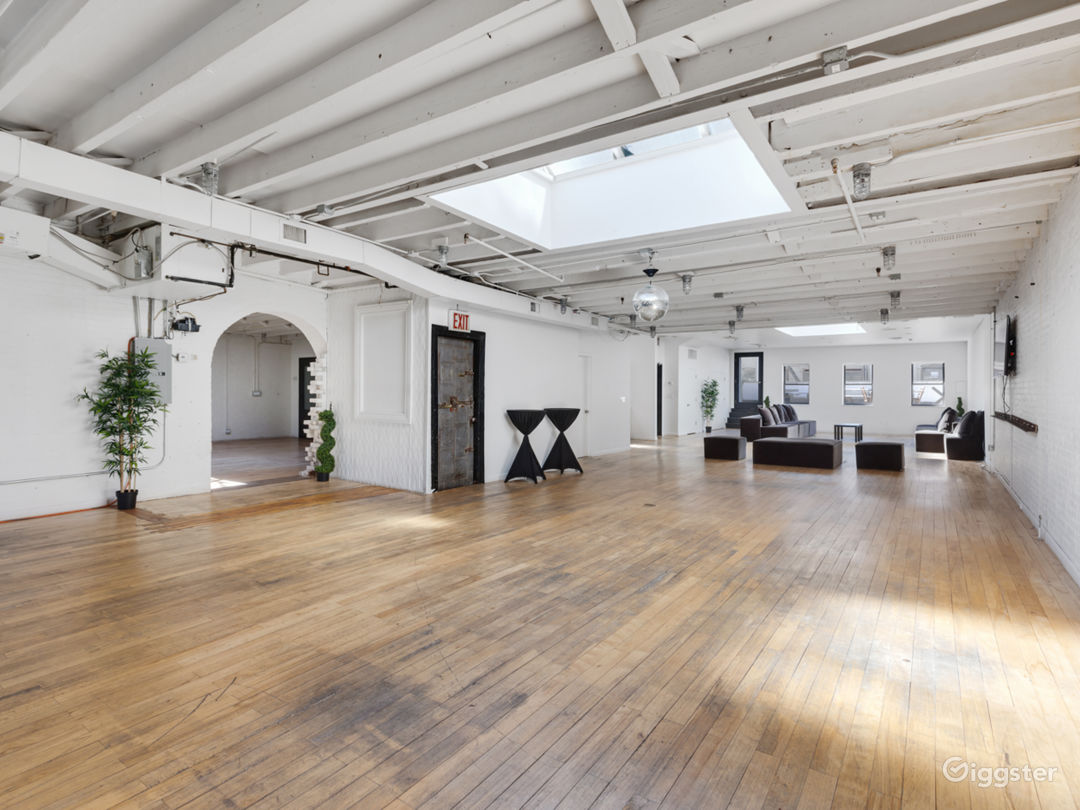 Sun-drenched Penthouse Loft with Outdoor Terrace Photo 2