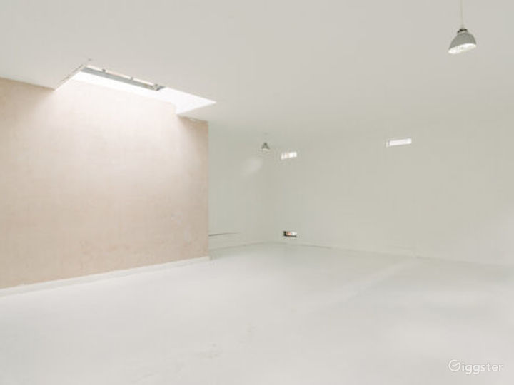 White-walled Studio with Private Rooftop Terrace in London Photo 4