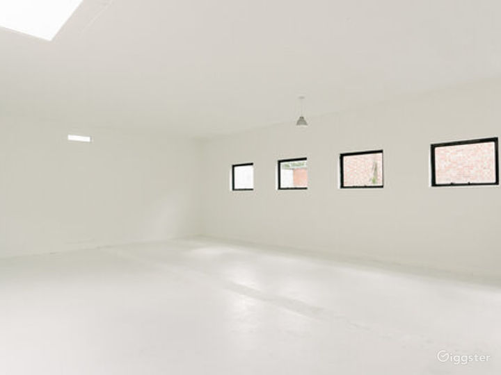White-walled Studio with Private Rooftop Terrace in London Photo 3