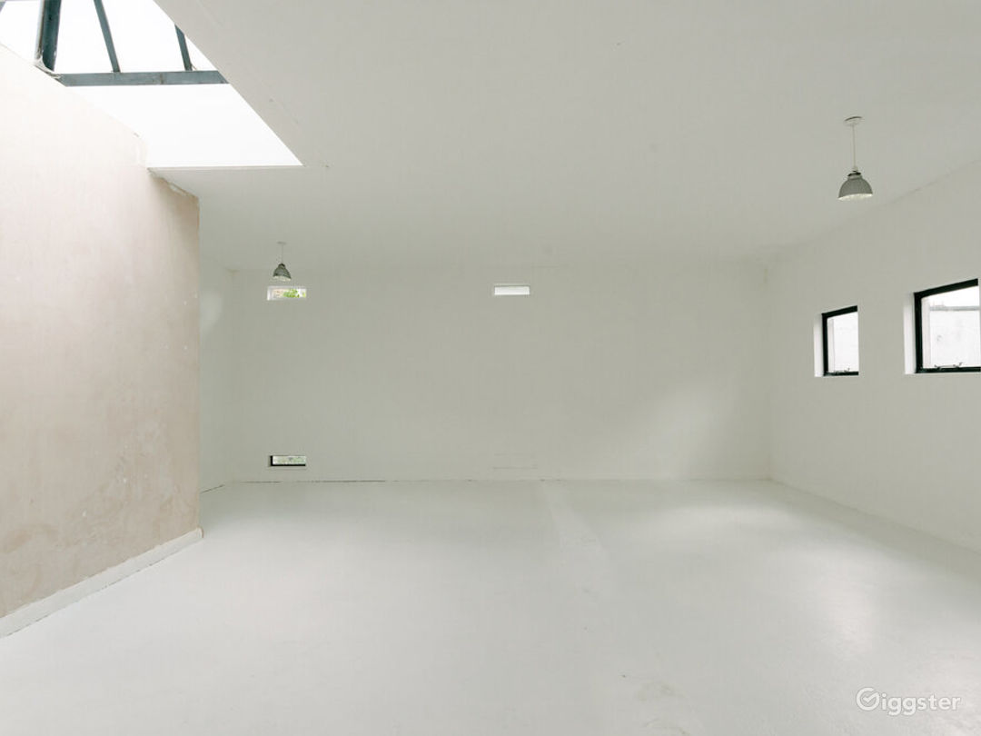 White-walled Studio with Private Rooftop Terrace in London Photo 1