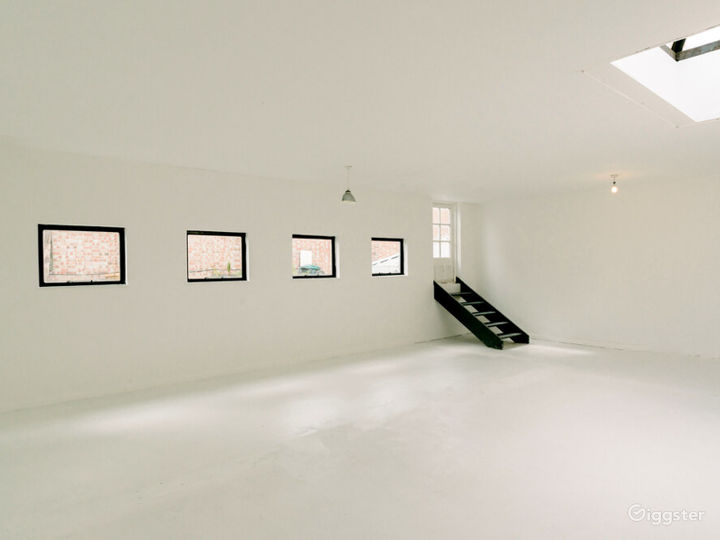 White-walled Studio with Private Rooftop Terrace in London Photo 5