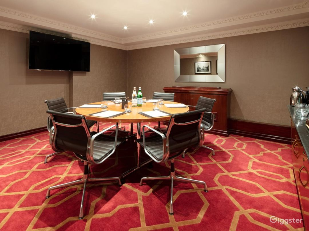 Intimate Private Room 17 in London, Heathrow Photo 1