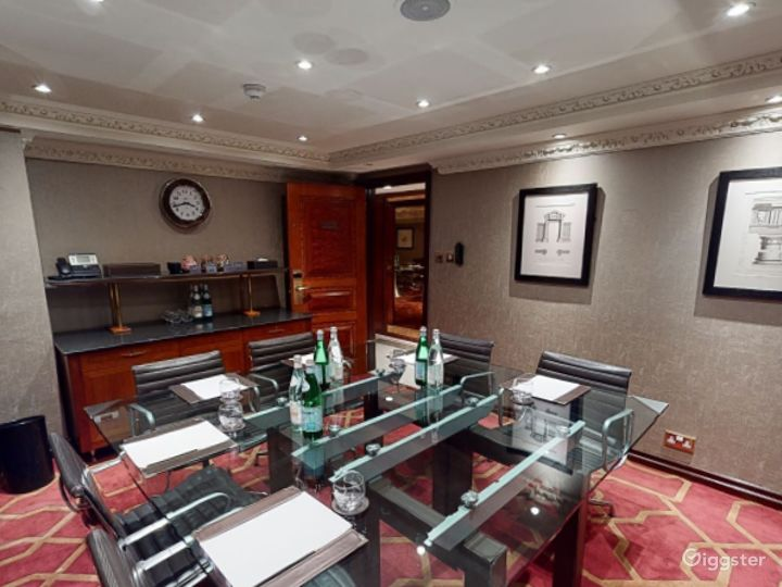 Intimate Private Room 17 in London, Heathrow Photo 4