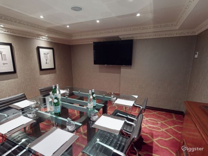Intimate Private Room 17 in London, Heathrow Photo 3
