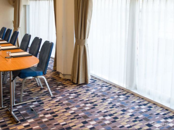 Modern Chetwode Room in London Photo 2