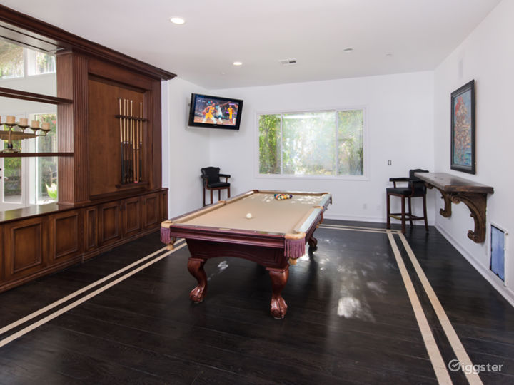 Entertainment area: Pool Table with TV