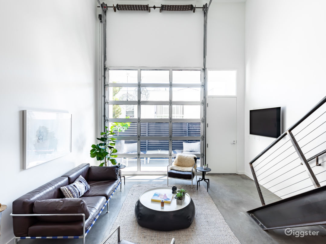 Stylist Modern Loft in great location with parking Photo 5