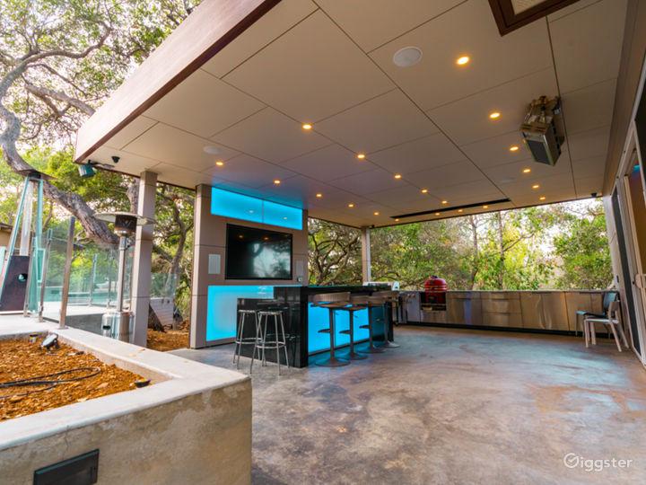 Ultra Modern Stunning Open Floor Entertainment man Photo 3