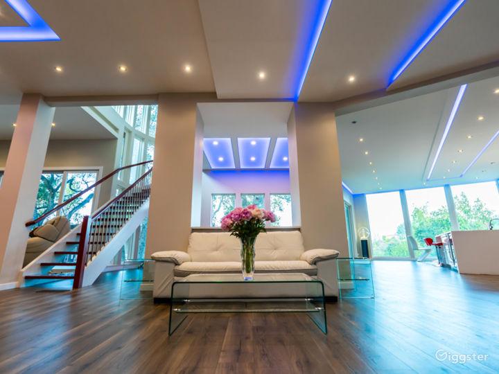 Ultra Modern Stunning Open Floor Entertainment man Photo 2