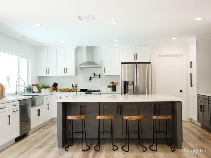 Modern Designer House with Gourmet Kitchen, Bright Photo 3