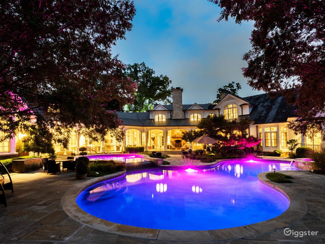 Mind-Boggling Estate with a 'Purple Room' Photo 3