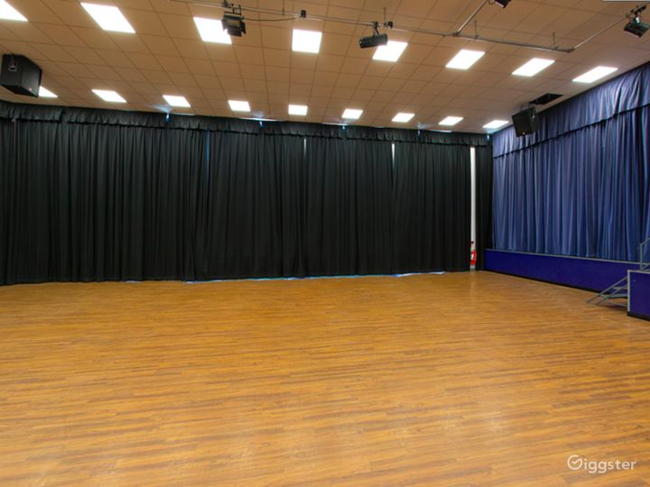 Spacious and Bright Assembly Hall in London Photo 2