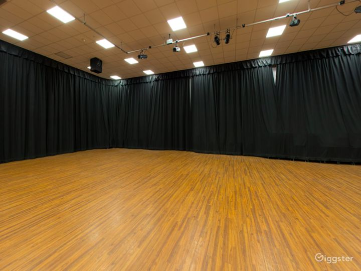 Spacious and Bright Assembly Hall in London Photo 4