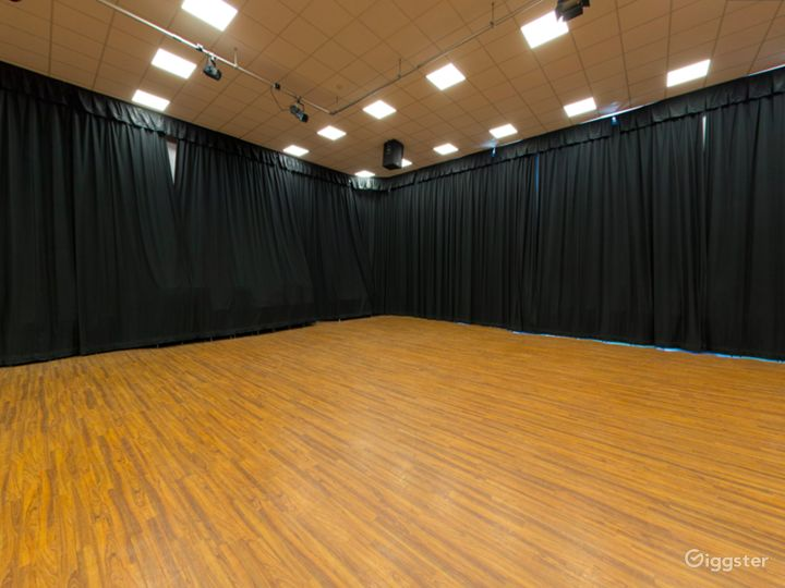 Spacious and Bright Assembly Hall in London Photo 3