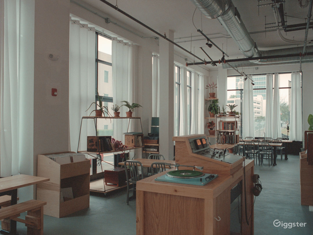 Large, modern sunlight-filled bar/resto space  Photo 1