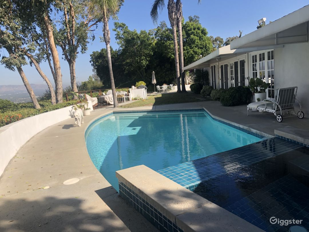 Magnificent pool, jacuzzi, view, private, easily accessible backyard