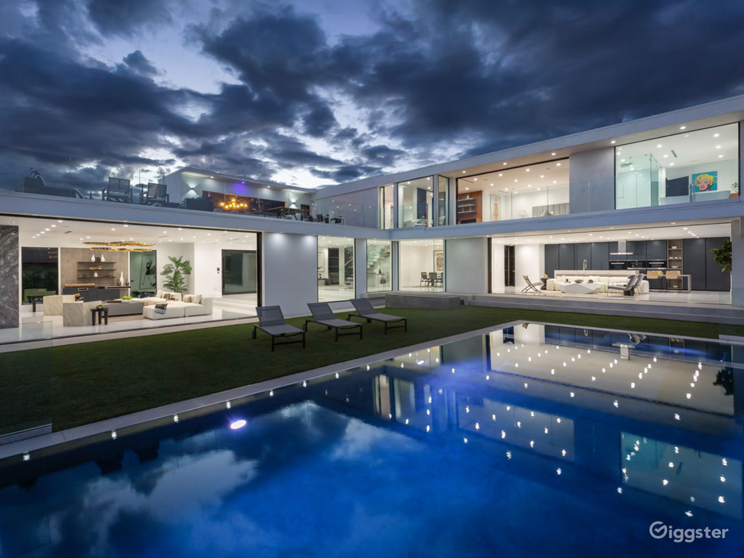 Modern Home with spectacular views Photo 1