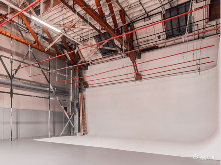 Spacious Cyclorama / Lounge / Studio in SilverLake Photo 3