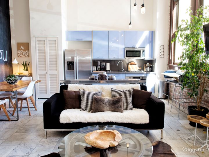 Sundrenched Bi-level Loft In The Heart of DTLA Photo 2