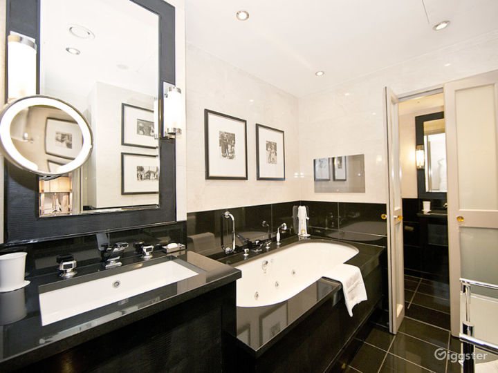 St. Jame's Suite with Spacious Bathroom in London Photo 2