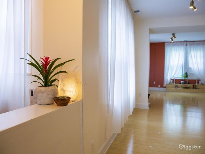 Crystal light fixtures and beautiful bathroom. Photo 5