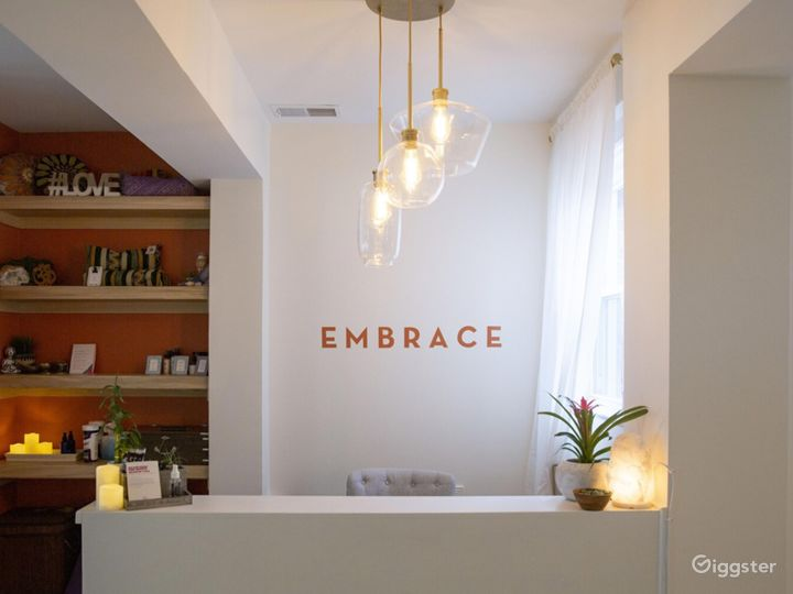 Crystal light fixtures and beautiful bathroom. Photo 3