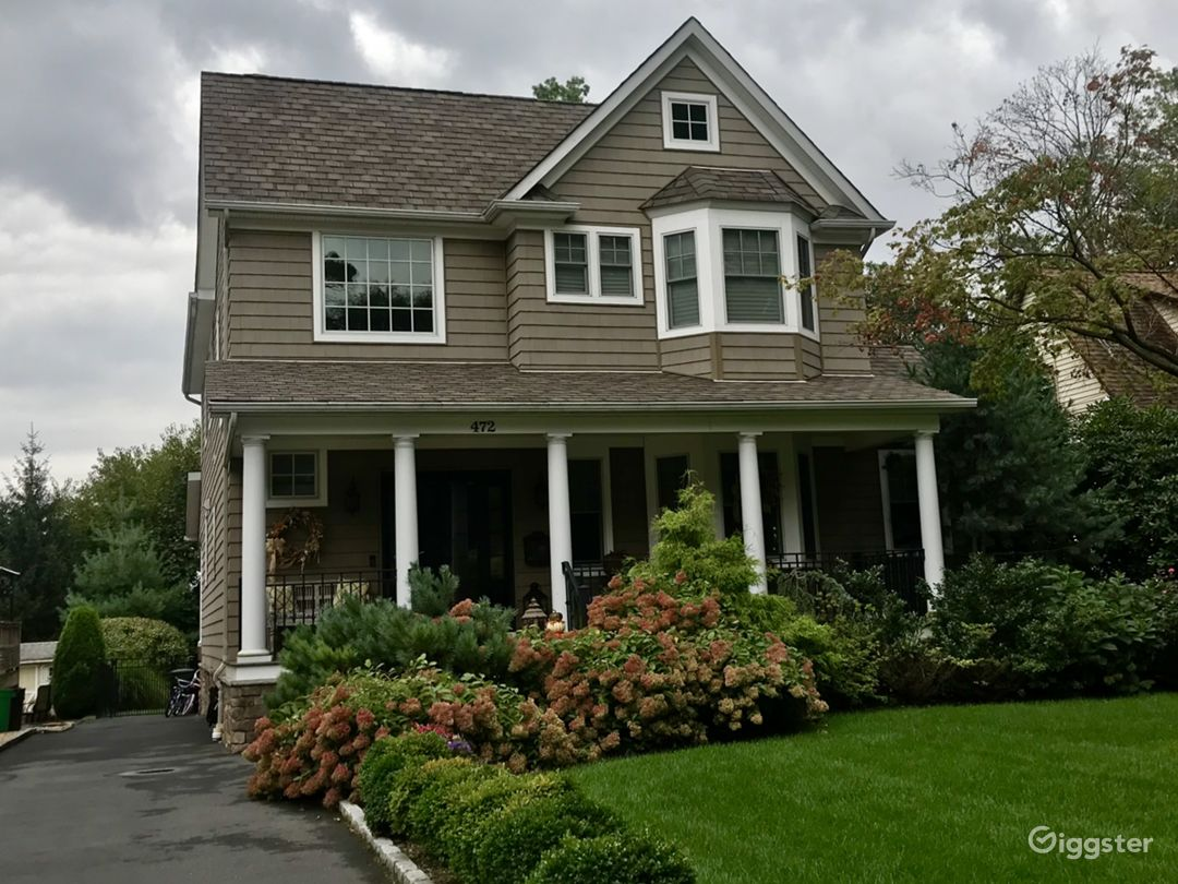 CUSTOM LUXURY COLONIAL HOME LOCATED MINUTES TO NYC Photo 1