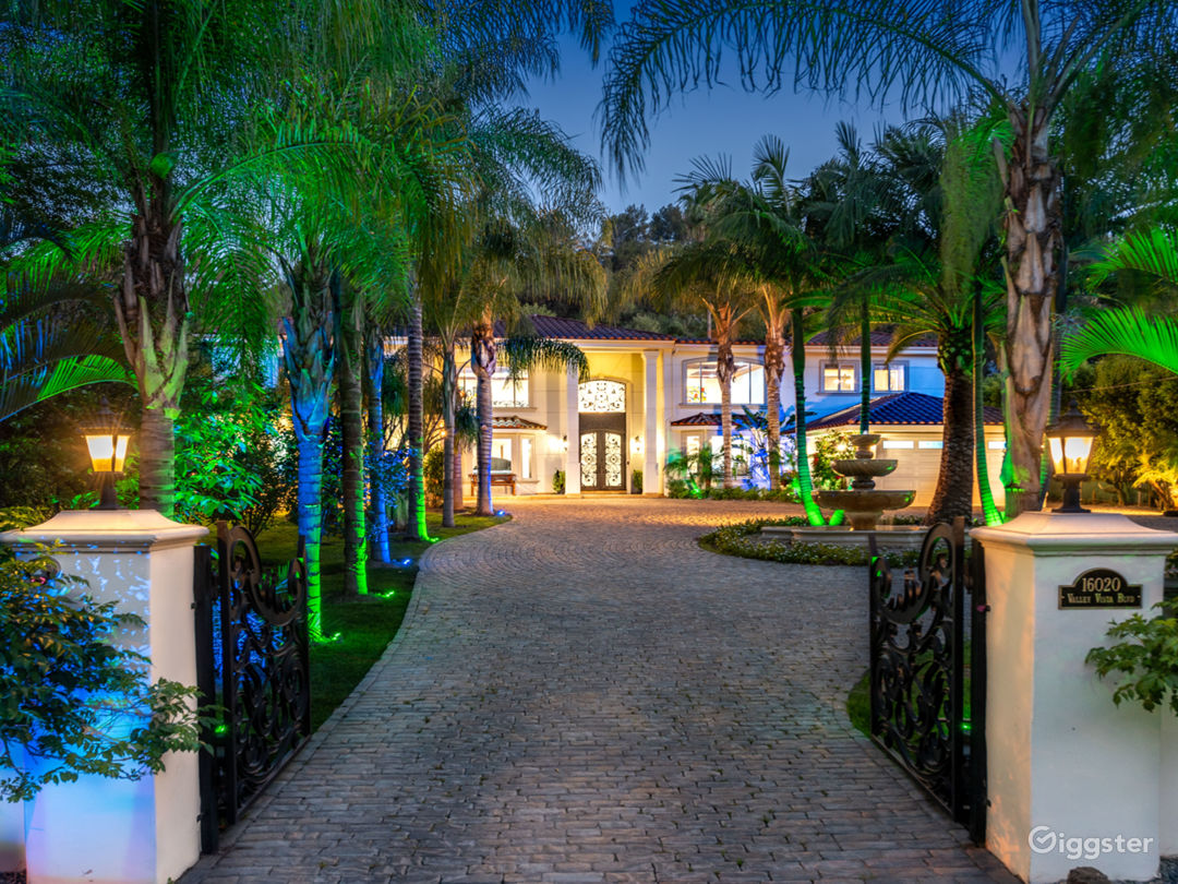 World class stunning estate with major curb appeal Photo 2