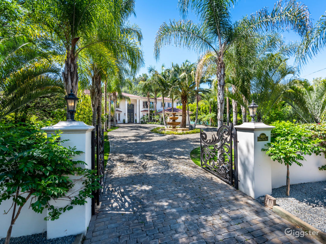 World class stunning estate with major curb appeal Photo 1