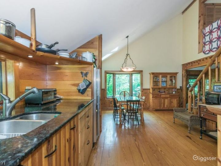 Log home with lake access: Location 5131 Photo 4