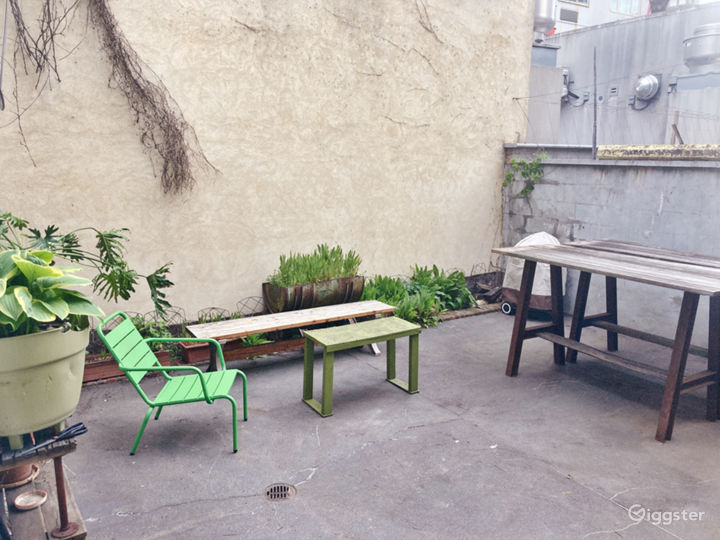 Seclusive and private backyard for your guests to enjoy some fresh air!