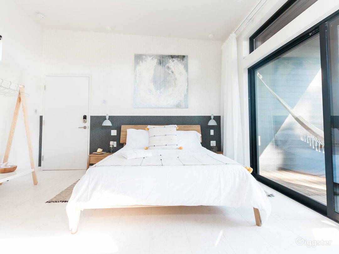 Breathtaking Space with Large Balcony - Air Room Photo 1