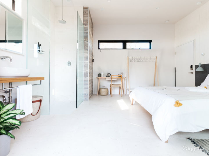 Breathtaking Space with Large Balcony - Air Room Photo 5