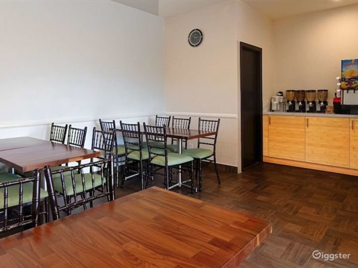 Hotel Dining Area For You and Your Friends  Photo 2