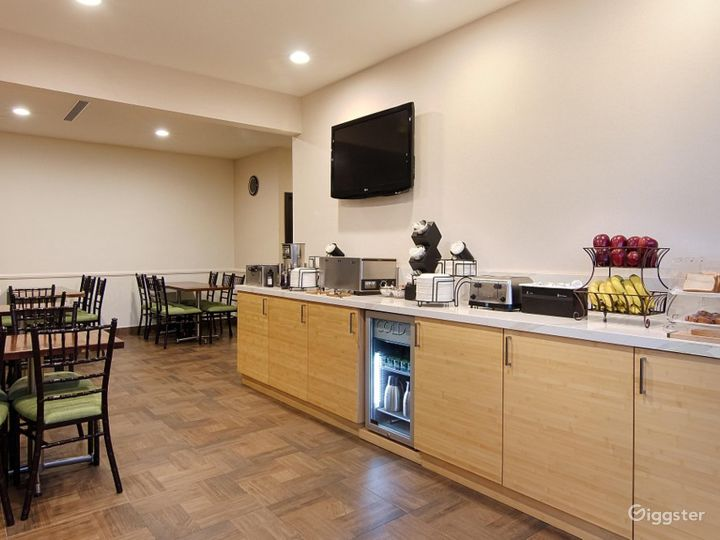 Hotel Dining Area For You and Your Friends  Photo 4