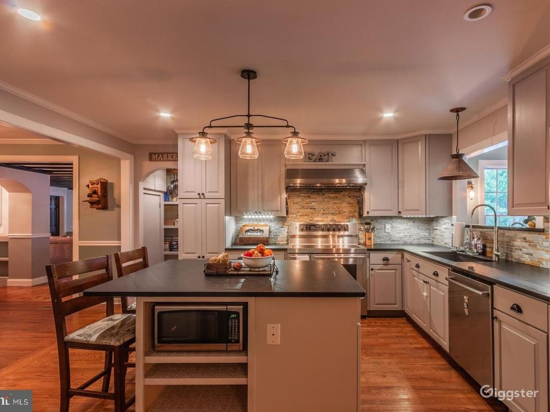 Exquisitely Updated Colonial Home on an Acre! Photo 2