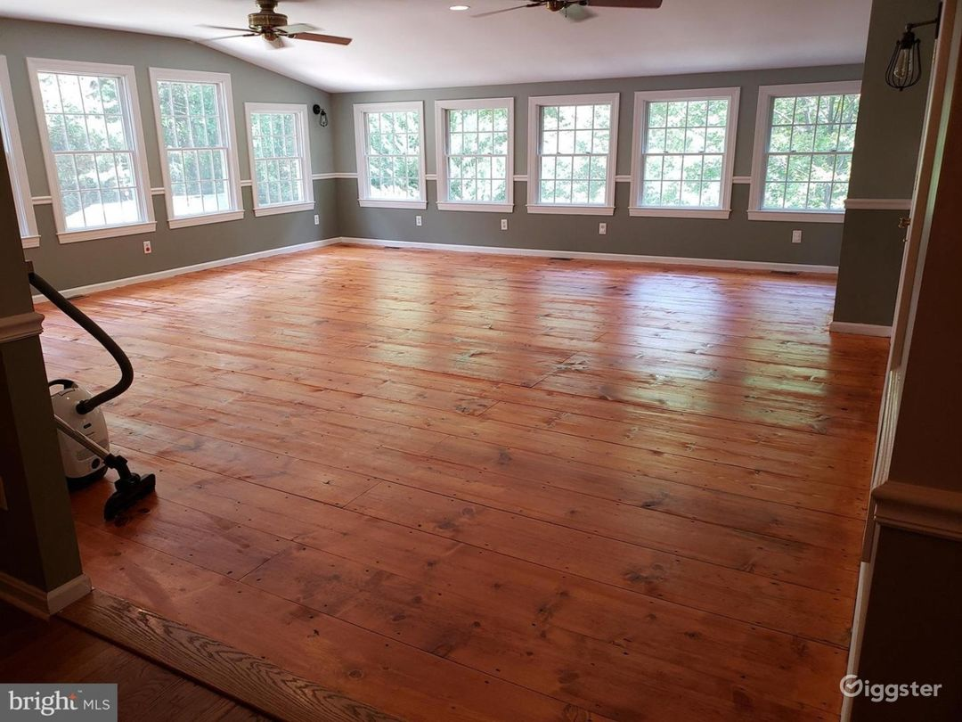 Exquisitely Updated Colonial Home on an Acre! Photo 4