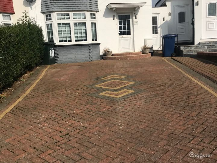 Driveway, can accommodate 4 cars