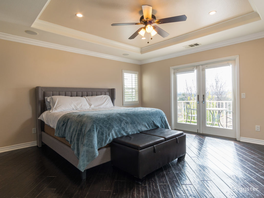Valencia 5 bedroom. Upgrades. Massive yard Photo 2
