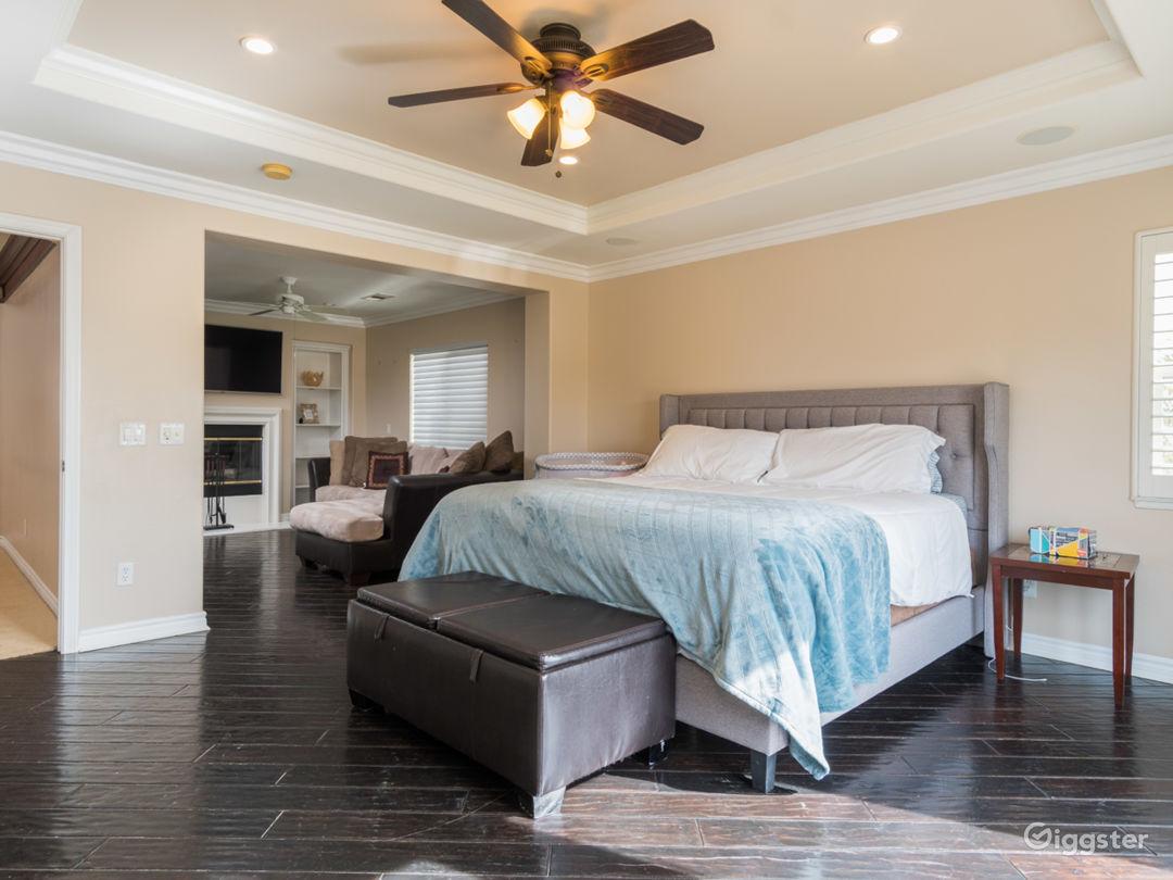 Valencia 5 bedroom. Upgrades. Massive yard Photo 3