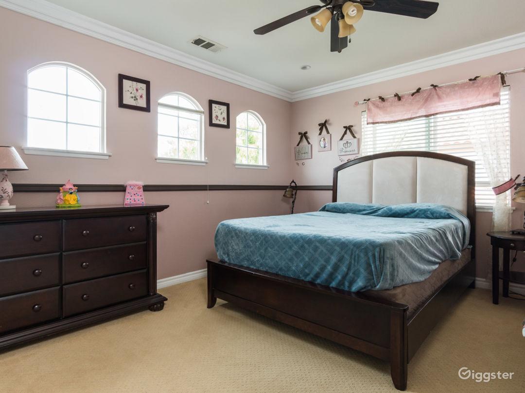 Valencia 5 bedroom. Upgrades. Massive yard Photo 5