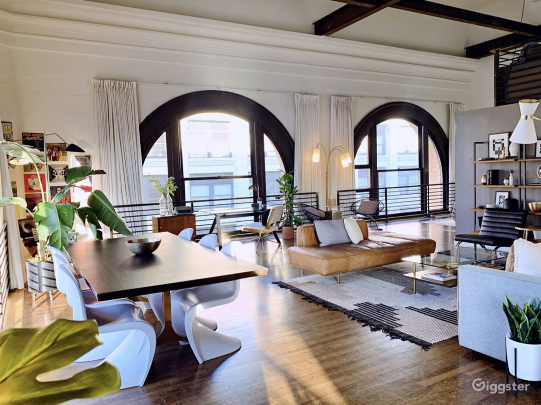 Stunning Luxury Penthouse with Expansive City View Photo 3