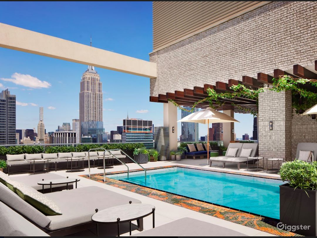 Rooftop pool with club area in Manhattan Photo 1