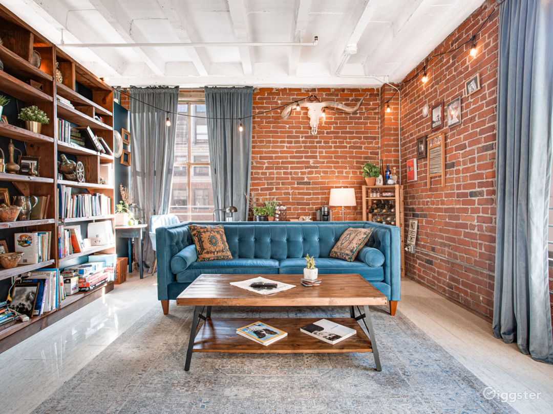 Library room: Can be used for talking head interviews, photo shoots, lifestyle, music videos, events, etc. Decorate the space as much as you need and don't be afraid to get creative. As long as the space is reset by the end of your booking!
