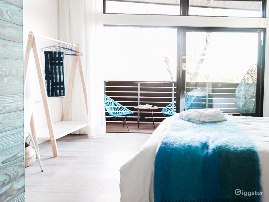 Refreshing Space with High Ceilings and Large Balcony - Water Room Photo 1