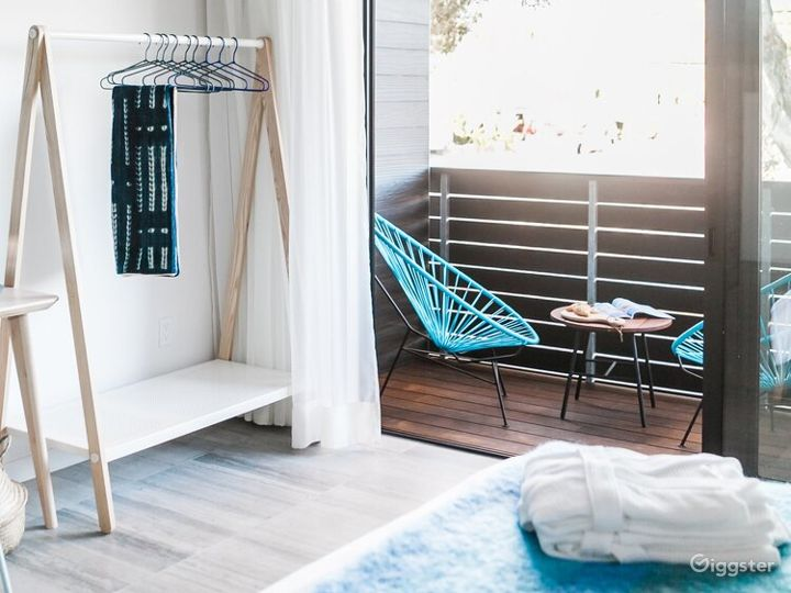 Refreshing Space with High Ceilings and Large Balcony - Water Room Photo 2
